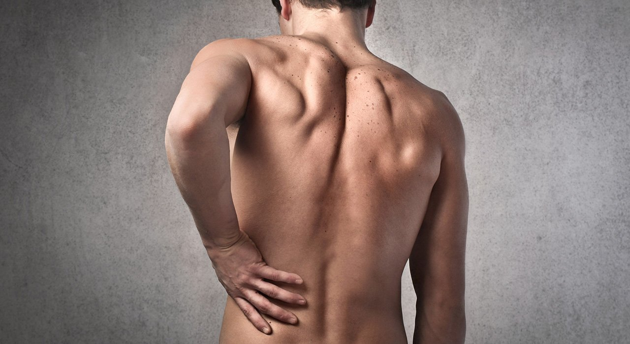 Dolore alla schiena: Meglio esercizi in piedi o da seduti?